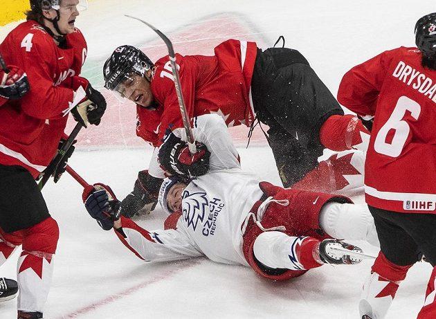Radek Kučeřík neměl šanci, okolo něj byli tři Kanaďané.