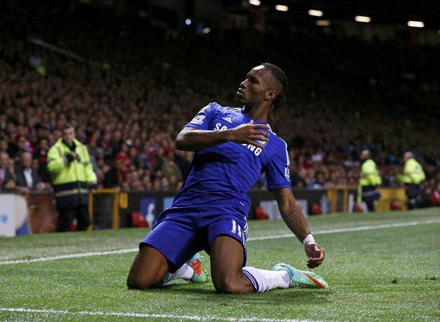 Útočník Chelsea Didier Drogba se raduje z gólu, který vstřelil ve šlágru 9. kola Premier League na hřišti Manchesteru United.