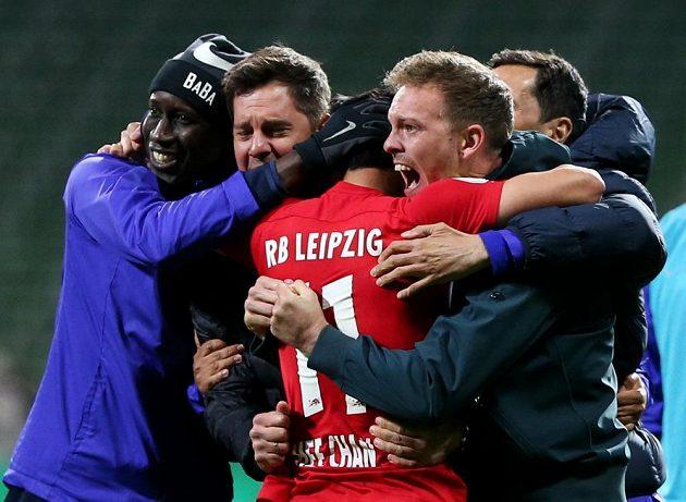 Fotbalisté Lipska se radují z postupu do finále Německého poháru.