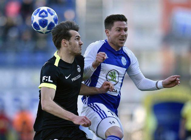 Taras Kačaraba z Liberce a Tomáš Přikryl z Boleslavi v souboji během utkání první fotbalové ligy.