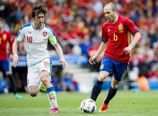 Dirigenti hry obou mužstev. (Vlevo) Tomáš Rosický, vpravo Andrés Iniesta ze Španělska.