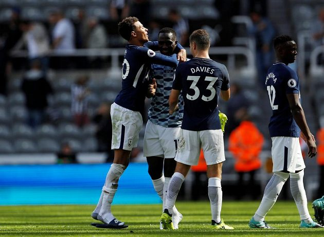Radost z gólu. Fotbalisté Tottenhamu, obhajující druhé místo v anglické lize, začali sezónu výhrou 2:0 na hřišti nováčka z Newcastlu.
