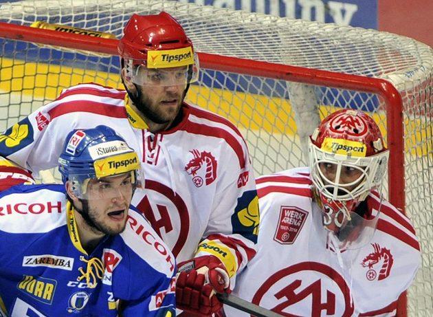 Shluk před třineckou brankou: Dalibor Řezníček (vlevo) ze Zlína s Lukášem Galvasem a gólmanem Šimonem Hrubcem.