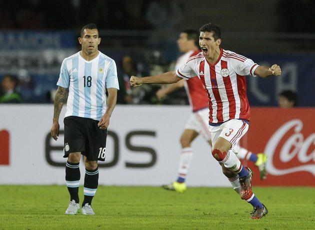 Záložník Marcos Cáceres (vpravo) oslavuje gól do sítě Argentiny na mistrovství Jižní Ameriky.