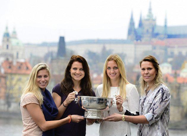 České tenistky pózují s pohárem pro vítězky Fed Cupu. Zleva Andrea Hlaváčková, Lucie Šafářová, Petra Kvitová a Lucie Hradecká.