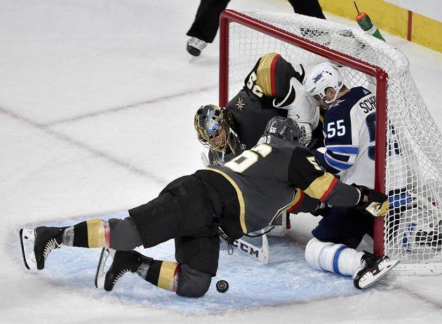 Útočník Winnipegu Jets Mark Scheifele sice dal Rytířům z Vegas dva góly, tentokrát však skončil místo puku v síti sám. Společnost v brance mu dělal gólman týmu Golden Knights Marc-Andre Fleury.V pádu před brankou zasahuje Erik Haula z Vegas.