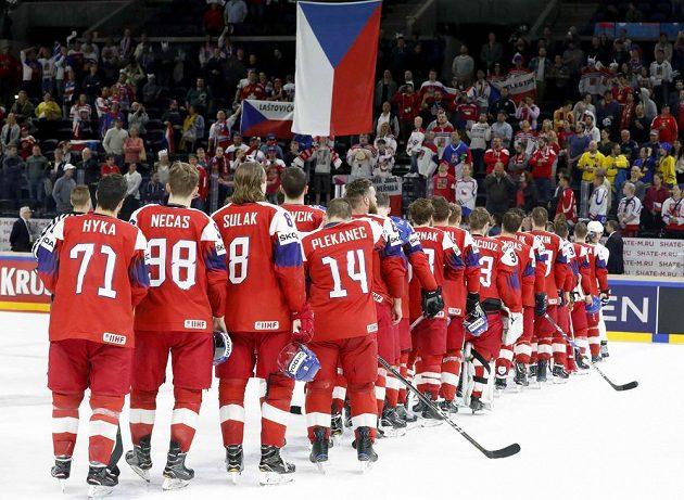 Po výhře nad Francií si čeští hokejisté vychutnali národní hymnu.