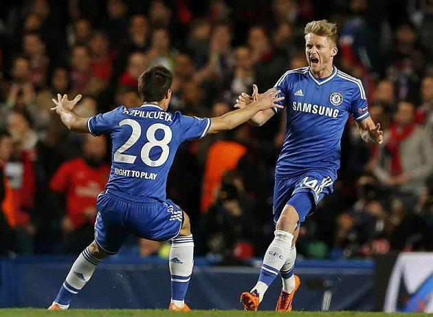 Útočník Chelsea Andre Schürrle (vpravo) a Cesar Azpilicueta oslavují gól proti PSG.