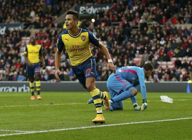 Útočník Arsenalu Alexis Sánchez oslavuje druhý gól proti Sunderlandu.