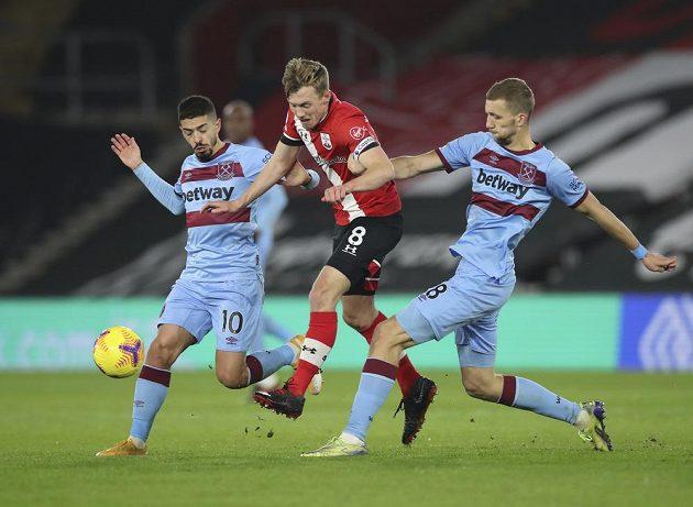Tomáš Souček (vpravo) z West Hamu a jeho spoluhráč Manuel Lanzini, uprostřed James Ward-Prowse ze Southamptonu.