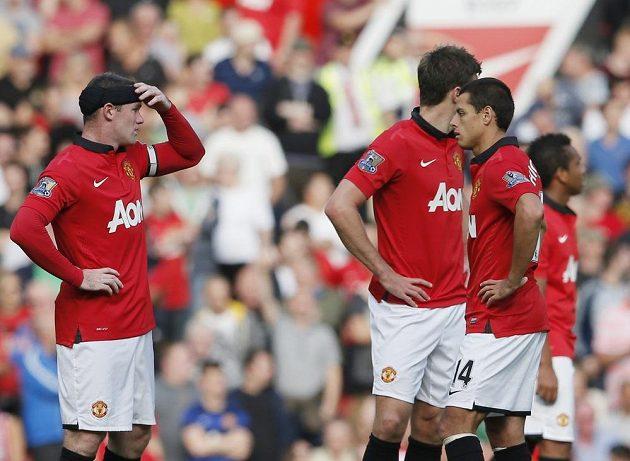 Kapitán Manchesteru United Wayne Rooney (vlevo) a jeho spoluhráči po první inkasované brance od West Bromwiche Albion.