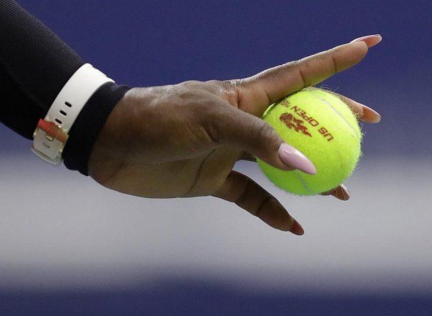 Míček v ruce Sereny Williamsové během semifinále US Open.