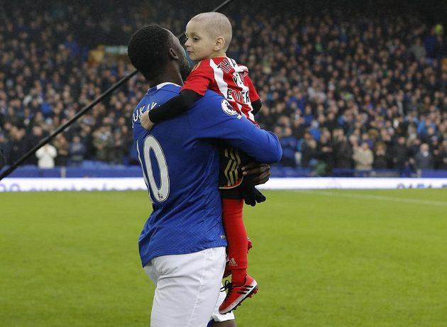 Útočník Evertonu Romelu Lukaku donesl malého chlapce na trávník.