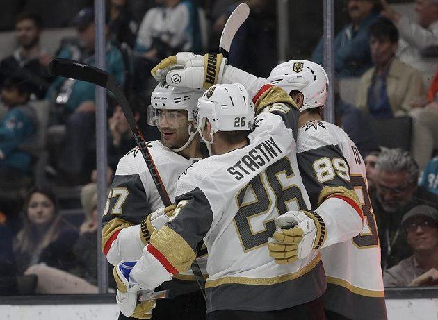 Hokejisté Las Vegas se radují z branky