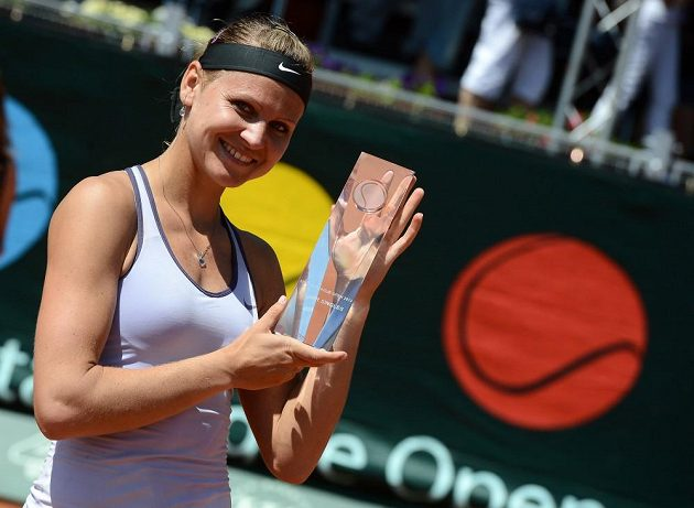 Lucie Šafářová s trofejí pro vítězku.