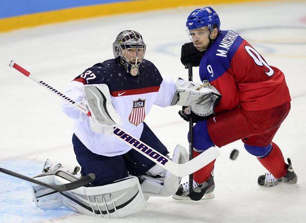 Výraz ve tváři Milana Michálka jako by vyjadřoval střelecké zoufalství českých hokejistů ve čtvrtfinále s USA. Vlevo americký brankář Jonathan Quick.