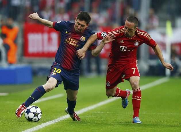 Barcelonský Lionel Messi (vpravo) v souboji s Franckem Riberym z Bayernu.