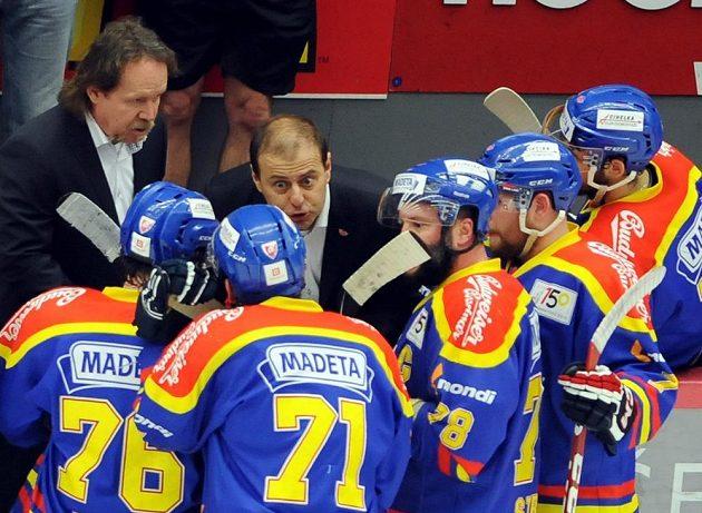 Budějovický trenér Petr Rosol (vzadu vlevo) a jeho asistent Radek Bělohlav dávají rady svým svěřencům v utkání se Slavií.