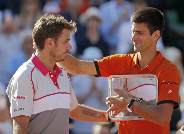 Srbský tenista Novak Djokovič (vpravo) gratuluje Stanu Wawrinkovi k titulu na Roland Garros.