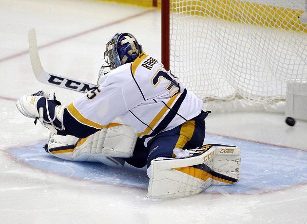 Jake Guentzel (není na snímku) z Pittsburghu střílí gól brankáři Nashvillu Pekka Rinnemu (35).
