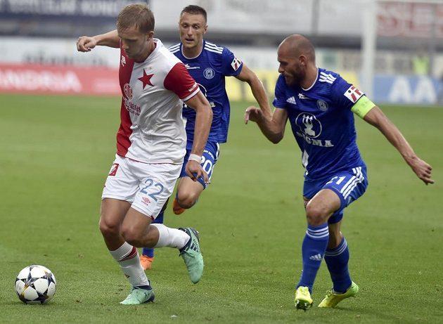 Fotbalista Slavie Tomáš Souček se snaží uniknout olomouckým hráčům Šimonu Faltovi a Michalu Vepřekovi v utkání úvodního kola nejvyšší soutěže.