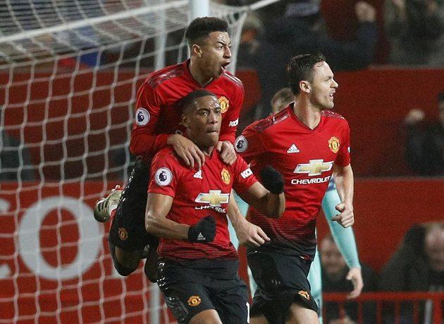 Fotbalisté Manchesteru United se radují z vyrovnávací branky