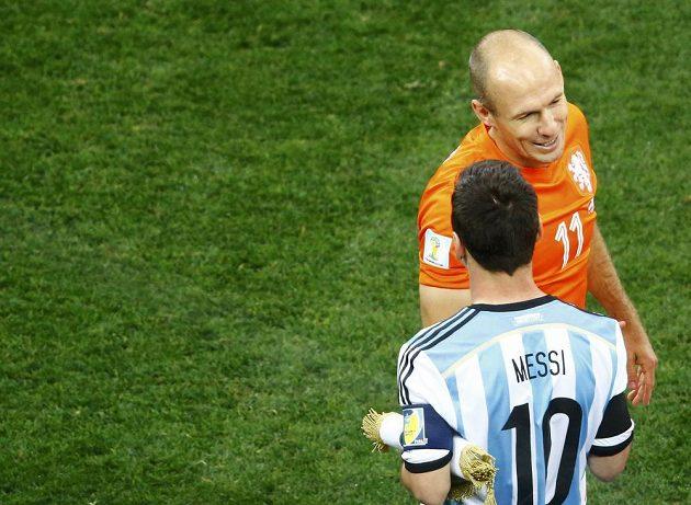 Hvězdy se zdraví před zápasem: Nizozemec Arjen Robben a Argentinec Lionel Messi.