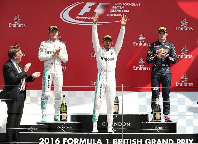 Vítěz Velké ceny Británie Lewis Hamilton (uprostřed). Vlevo druhý Nico Rosberg, vpravo třetí Max Verstappen.
