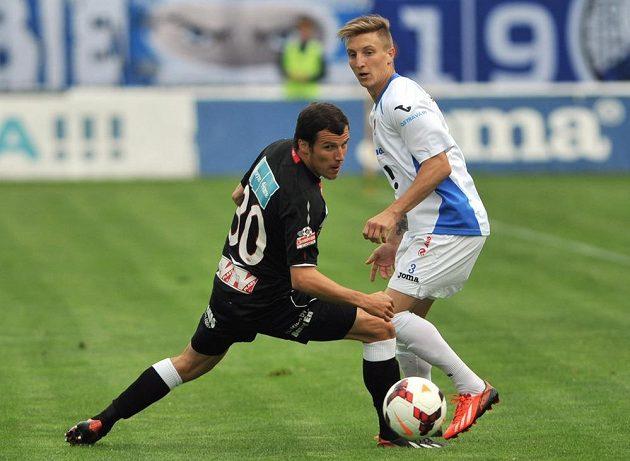 Martin Dostál ze Slavie (vlevo) a Ondřej Sukup z Ostravy bojují o míč.