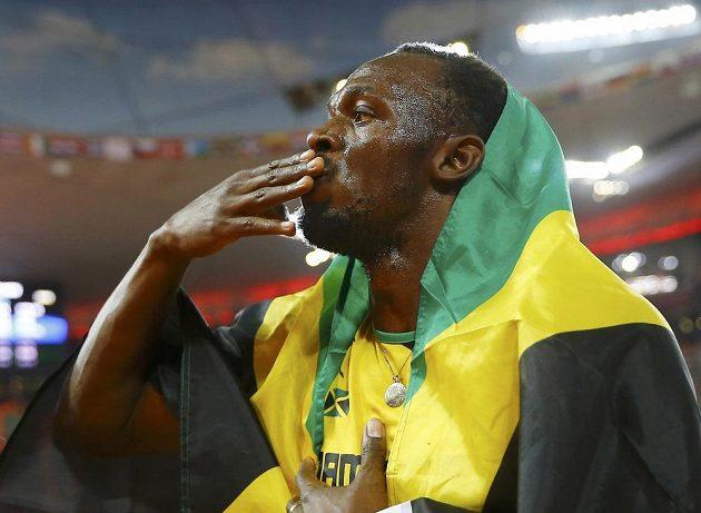 Staronový světový šampión ve sprintu Usain Bolt zdraví fanoušky.
