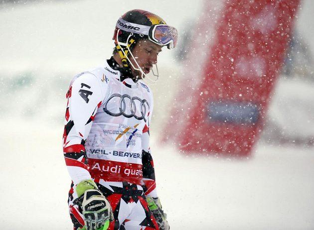 Zklamaný rakouský lyžař Marcel Hirscher poté, co na MS v Beaver Creeku vypadl ve druhém kole slalomu.