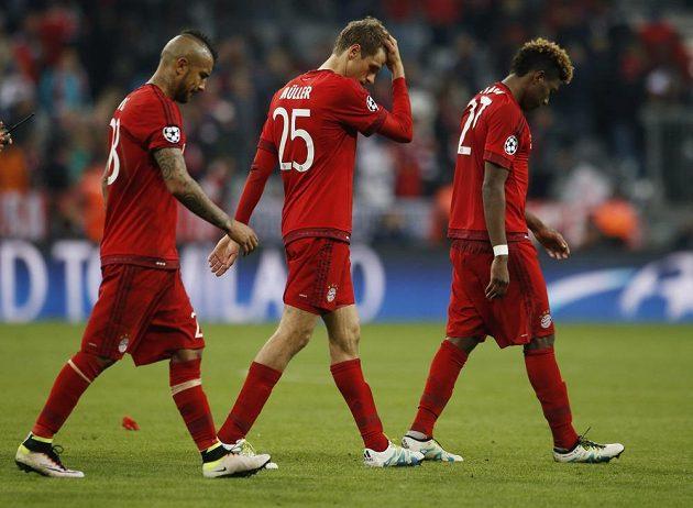 Zklamaní hráči Bayernu Arturo Vidal, Thomas Müller a David Alaba opouští Allianz Arenu.