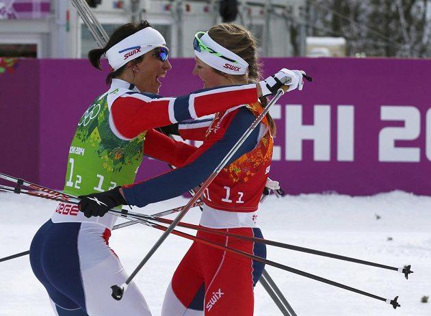 Norka Marit Björgenová (vlevo) vyhrála s Ingvild Östbergovou sprint dvojic klasickou technikou.
