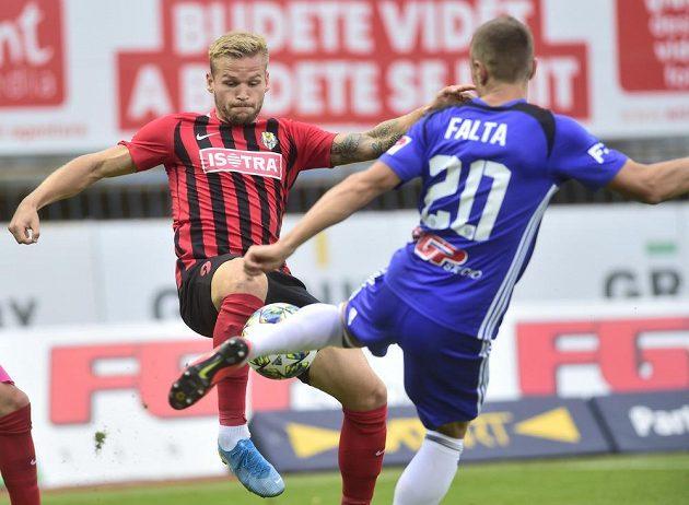 Zleva Matěj Hrabina z Opavy a Šimon Falta z Olomouce v utkání devátého kola první ligy.