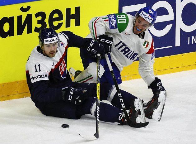 Slovenský zadák Peter Čerešňák (vlevo) v souboji s Tommasem Traversem z Itálie.