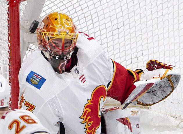 Gólman Calgary Flames David Rittich v akci během utkání NHL s Montrealem.