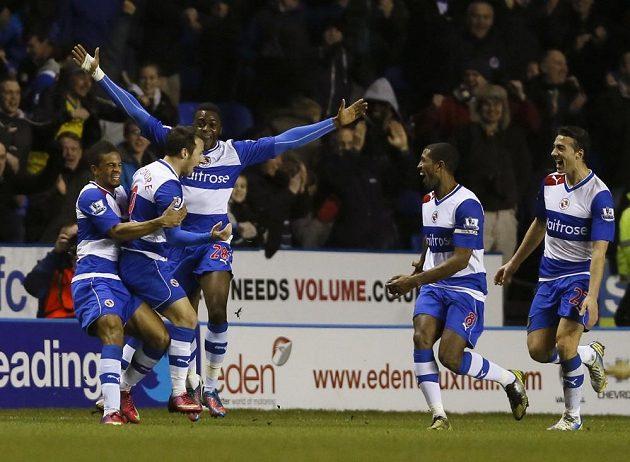 Adam Le Fondre (druhý zleva) z Readingu se raduje ze vstřelení gólu do sítě Chelsea.