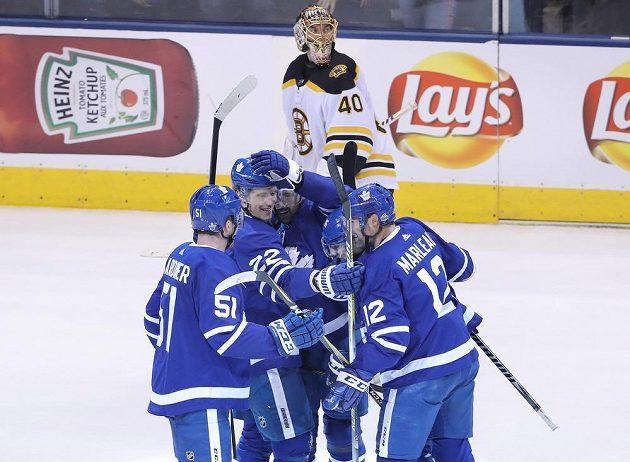 Toronto žije a v prvním kole play off si vynutilo v sérii s Bostonem rozhodující sedmý zápas. Tým Maple Leafs vyhrál šestý duel série 3:1, gólem a asistencí k tomu pomohl český útočník Tomáš Plekanec.