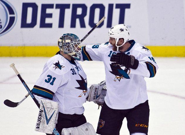 Brankář San Jose Sharks Antti Niemi (vlevo) se raduje s Joem Thorntonem z vítězství nad Detroitem.