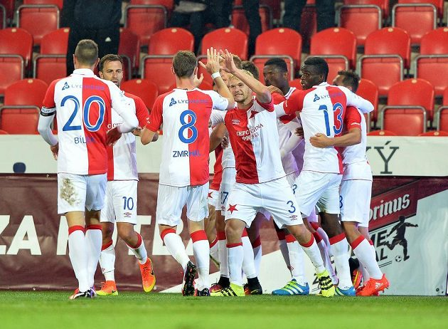 Slávističtí fotbalisté slaví gól v zápase proti Liberci.