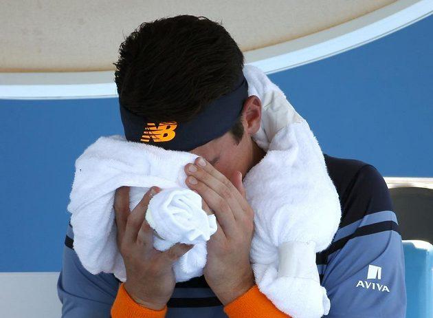 Kanaďan Milos Raonic během zápasu druhého kola Australian Open se Španělem Robredem.