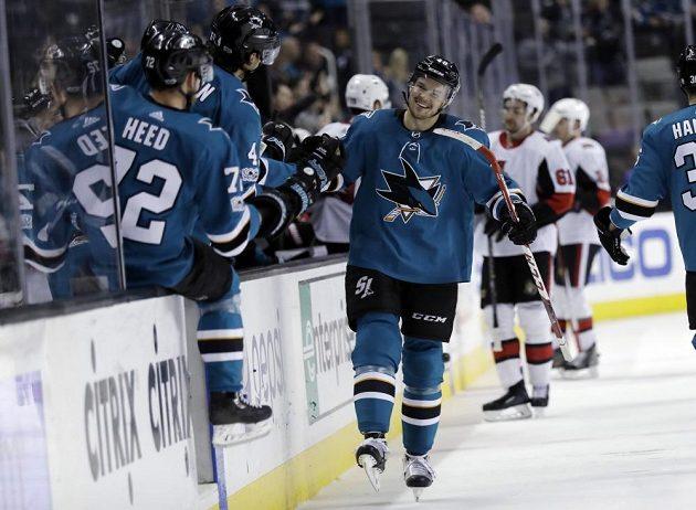 Český hokejový útočník Tomáš Hertl se raduje ze své branky v duelu s Ottawou.