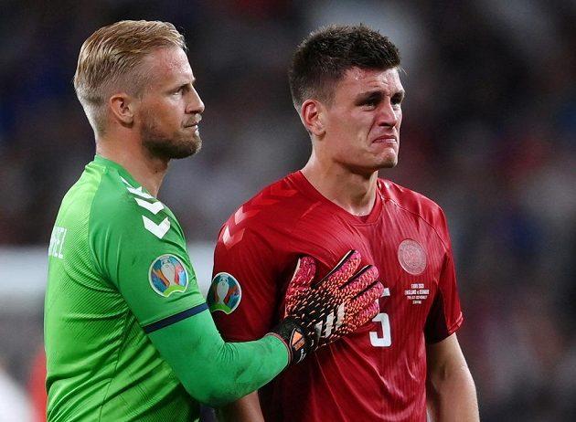 Zklamaní dánští fotbalisté brankář Kasper Schmeichel a Joakim Mähle po semifinálové prohře EURO s Anglií.