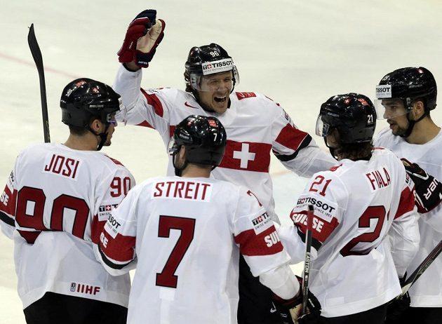 Švýcaři slaví gól Kevina Fialy proti Čechům.