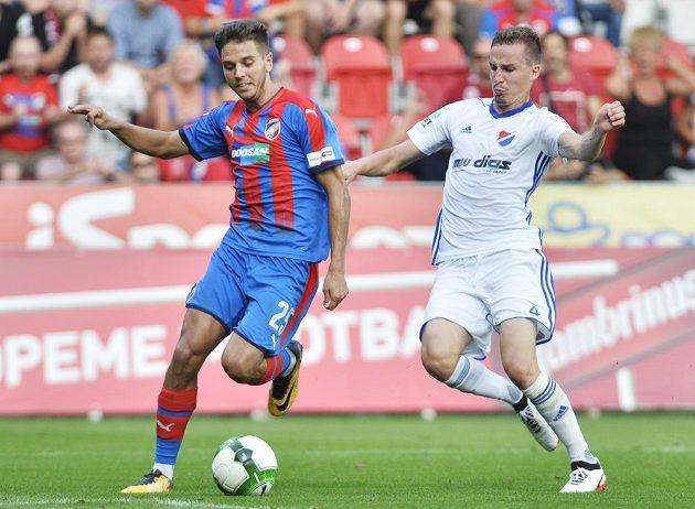 Aleš Čermák z Viktorie Plzeň a Martin Sus z Baníku Ostrava v souboji během utkání 5. kola HET ligy.