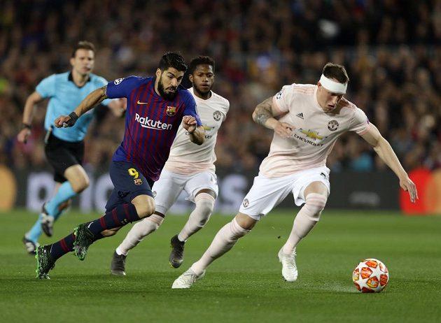 Luis Suárez hledá cestu k brance soupeře