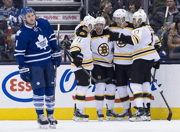 Útočník Bostonu David Krejčí (třetí zprava) se raduje se spoluhráči z branky, kterou vstřelil Torontu.