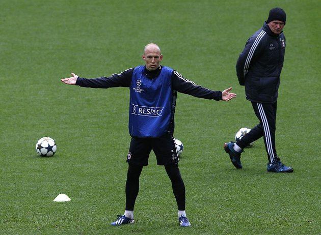 Arjen Robben se nestačí divit. Vpravo přihlíží kouč Bayernu Jupp Heynckes.
