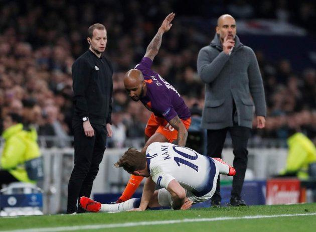 Střet hvězdy Tottenhamu Harryho Kanea s Fabianem Delphem z machesteru City.