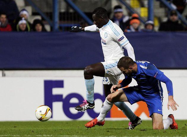 Liberecký Marek Bakoš (v modrém) se snaží zastavit Benjamina Mendyho z Olympique Marseille.